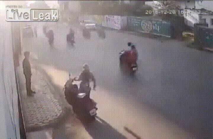Enlace a ¿Por qué diablos no los persigue con la moto?