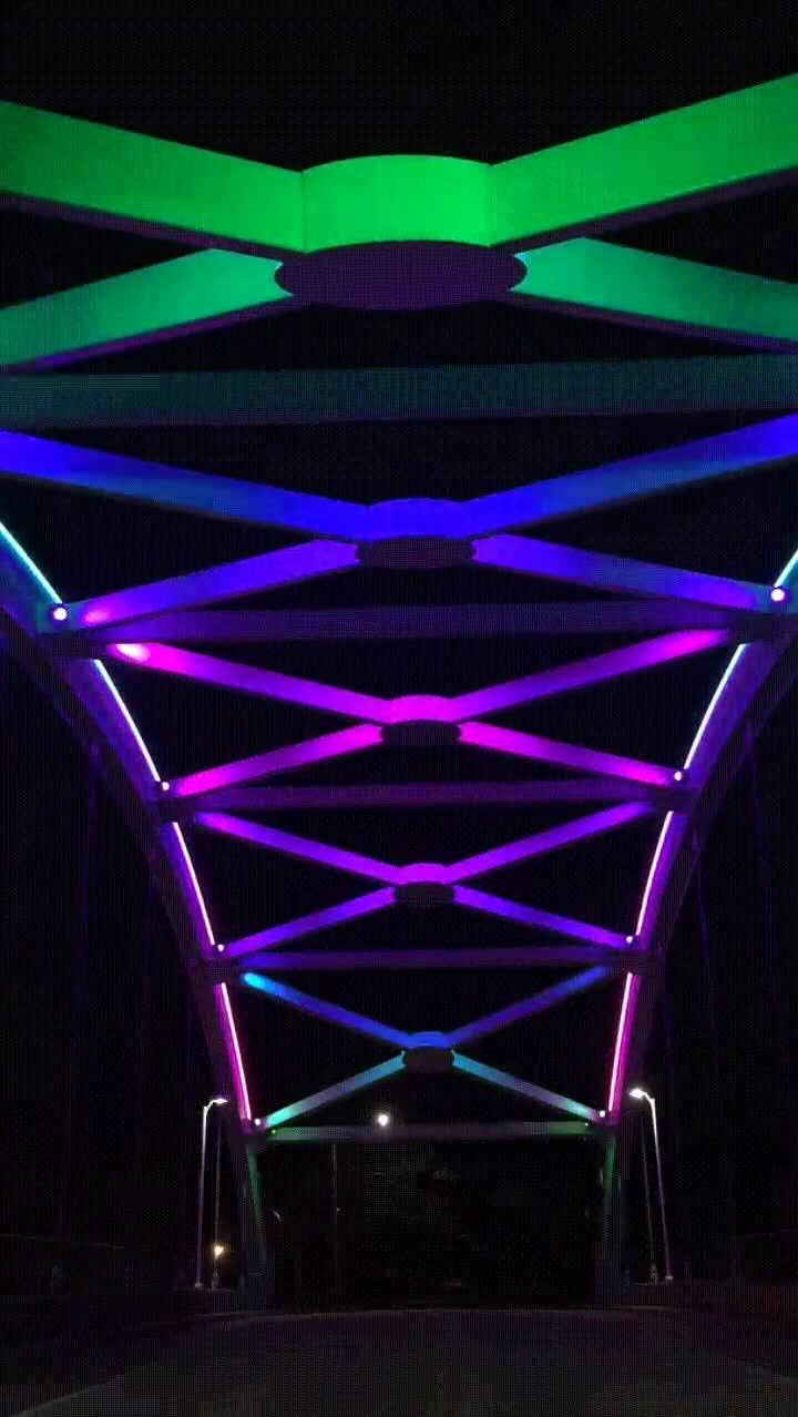 Enlace a Puente con las luces del arcoiris. Todas las ciudades deberían tener uno