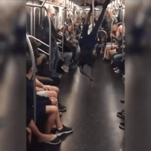 Enlace a Las barras del metro tienen un uso bastante alternativo