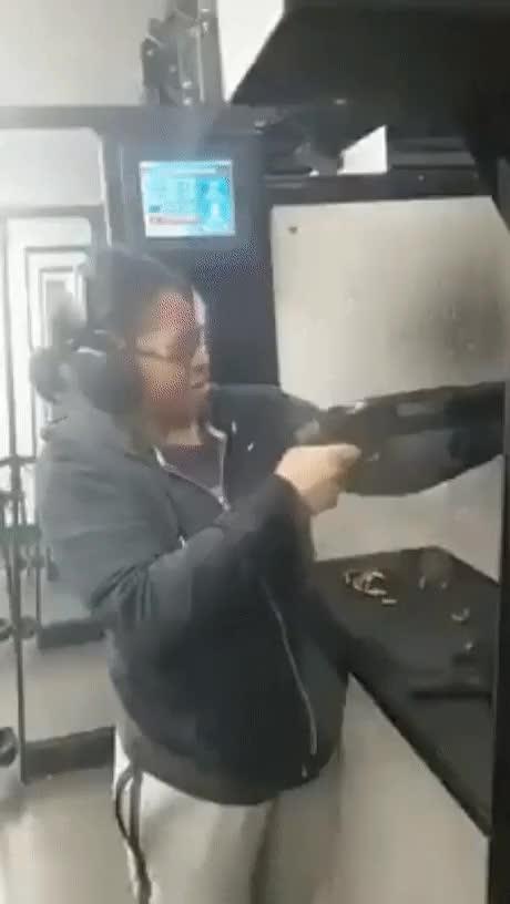 Enlace a Lo que pasa cuando disparas una escopeta y no tienes en cuenta el retroceso