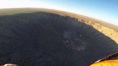 Enlace a Sobrevolando el cráter de un meteorito con paracaídas. Alucinante