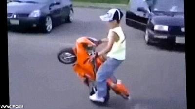 Enlace a Yo a su edad jugaba con las motos de la Playstation