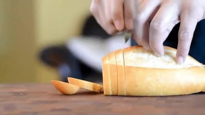 Enlace a Así de bien corta el pan un cocinero profesional