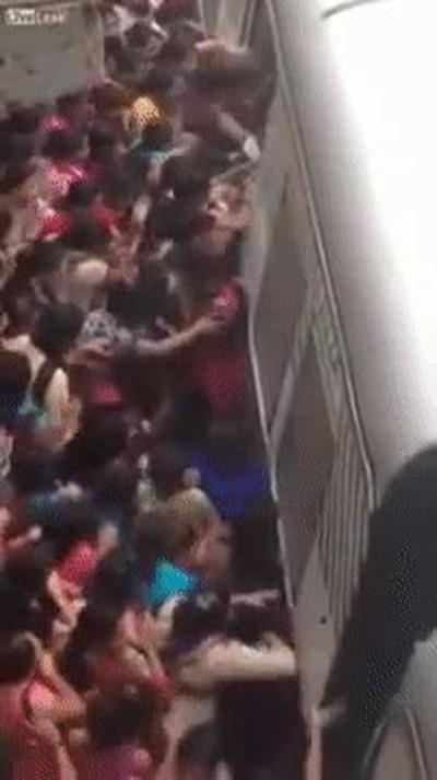 Enlace a Y tú te quejas cuando tienes que ir un poco apretado en el metro por las mañanas