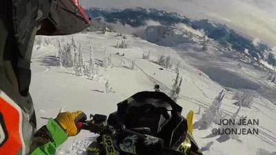 Enlace a Uno de los saltos más locos que has visto a bordo de una moto de nieve