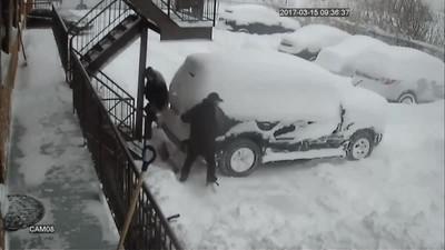 Enlace a Al final cada uno tiene su propio estilo en limpiar el coche de nieve