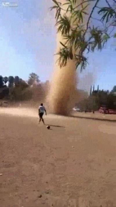 Enlace a Remolino de arena interrumpiendo un partido de fútbol playa