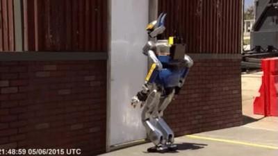 Enlace a Robot diseñado por Ubisoft intentando abrir una puerta