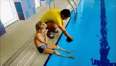 Enlace a El truco de papá para ponerle el gorro de piscina a su hijo