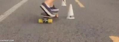 Enlace a Imposible esquivar conos de forma más rápida encima de un skate