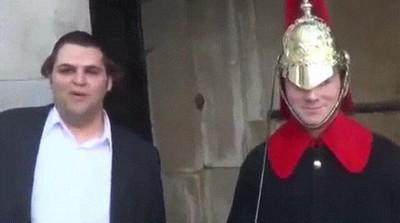 Enlace a Haciendo reir a un miembro de la Guardia Real