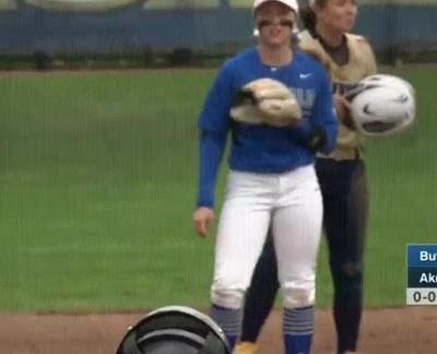 Enlace a Jugadora de softball que se saltó la clase de resbalar para llegar a la base
