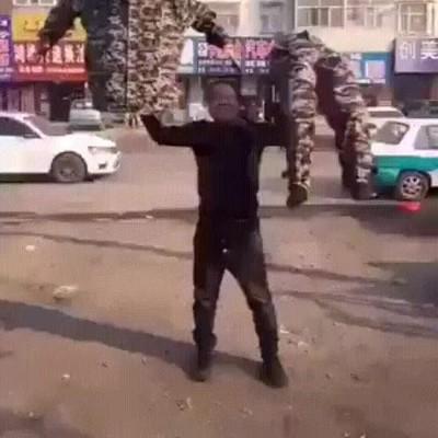 Enlace a Así se hace uno de los trucos callejeros más espectaculares