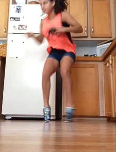 Enlace a Nunca es buena idea bailar con dos vasos como zapatos