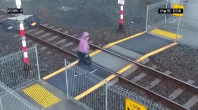 Enlace a NUNCA crucéis una via de tren tan empanados como esta mujer
