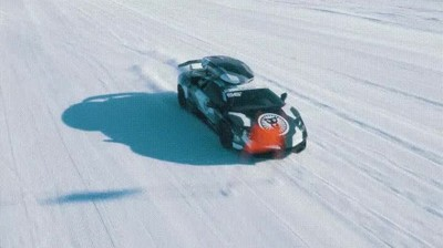Enlace a Lamborghini haciendo un slalom sobre una superficie nevada