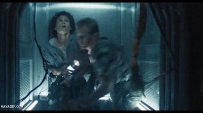 Enlace a Cuando intentas cerrar rápidamente la puerta del ascensor para no encontrarte con ese vecino