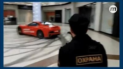 Enlace a Cuando te cansas de los circuitos y te metes con un Ferrari en un centro comercial
