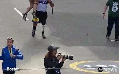 Enlace a Earl Granville, que perdió una pierna en Afghanistan, ayudando a una mujer en la línea de meta