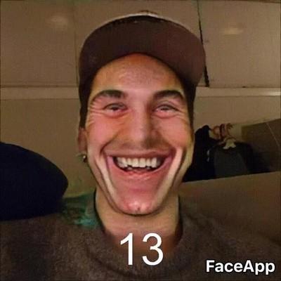 Enlace a Esto es lo que pasa cuando aplicas el filtro de sonreír 100 veces a una misma imagen