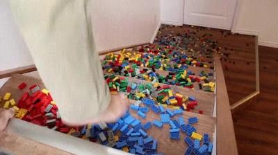 Enlace a Cuando te preparan una trampa mortal y llenan la escalera de piezas de LEGO