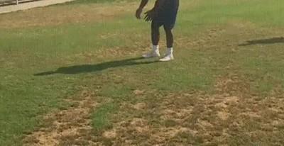 Enlace a Atrapando dos pelotas a la vez con una simple voltereta