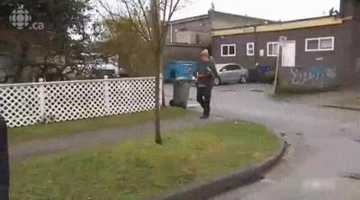 Enlace a Hombre cazado sacando a pasear a sus loros en la televisión pública