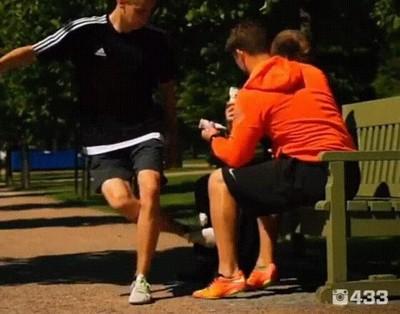 Enlace a Tener un amigo futbolero puede salvarte de una tragedia