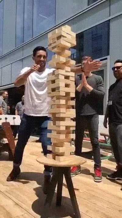 Enlace a Si Bruce Lee jugara a Jenga este sería su movimiento estrella