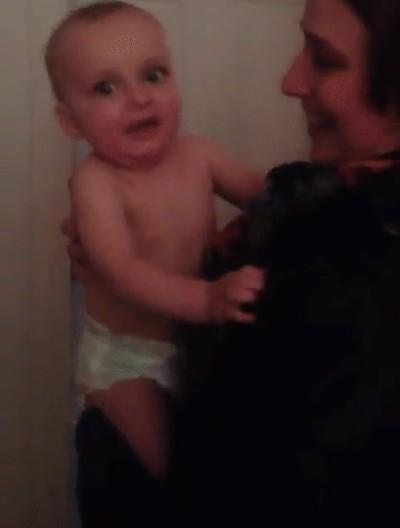 Enlace a La cara de un bebé al conocer a la gemela de su madre por primera vez