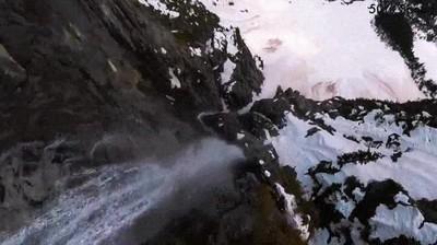 Enlace a Las alucinantes vistas de un dron descendiendo por una cascada