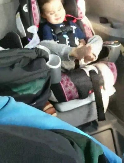 Enlace a El mejor momento para este niño ciego y sordo es cuando bajan la ventanilla del coche