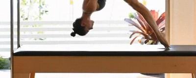 Enlace a Profesora de pilates haciendo una espectacular demostración