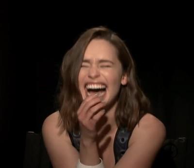 Enlace a La Reina de Dragones no puede dejar de reír