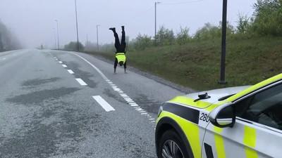 Enlace a Lo que hacen los policías mientras esperan a que pasen coches para hacer un control