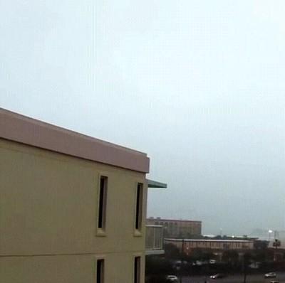 Enlace a Rayo golpeando la esquina del tejado de un edificio