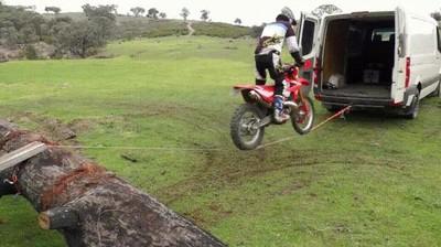 Enlace a Jugando a el suelo es lava encima de la moto