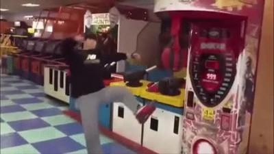 Enlace a Dando una increíble patada de Taekwondo a una máquina recreativa