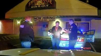 Enlace a Haciendo malabares a la policía para demostrar que no está borracho