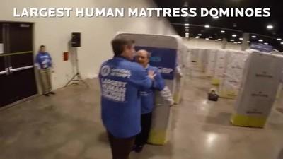 Enlace a El domino humano con colchones más largo del mundo