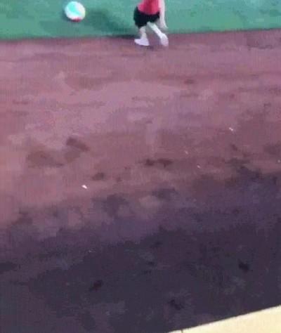 Enlace a Él solo quería recuperar la pelota pero no lo tenía todo de cara