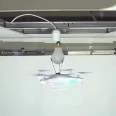 Enlace a Olvídate de la escalera. Este dron cambia las bombillas de forma perfecta