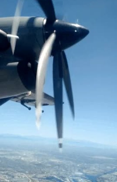 Enlace a Hace tanto calor que parece que las aspas de este avión se estén fundiendo