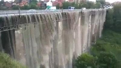 Enlace a Este puente se convierte en una cascada gigante a causa de las fuertes lluvias