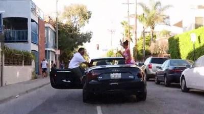 Enlace a Lo más normal que sucede cuando decides sentarte encima de la puerta de tu coche