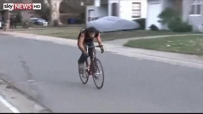 Enlace a Policía haciendo un placaje espectacular a un sospechoso a la fuga en bici