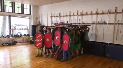 Enlace a En clase de gimnasia enseñando a los chavales cómo conquistar la Galia