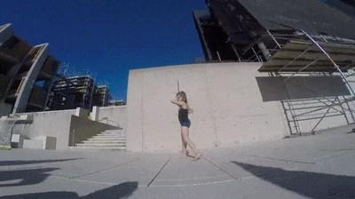 Enlace a Esta niña tiene más habilidad con un palo que muchas heroínas de películas de acción