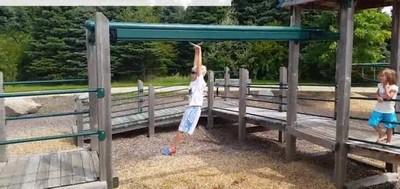 Enlace a Lo que pasa cuando intentas imitar lo que hace tu hijo en el parque