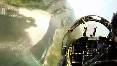 Enlace a F/A-18 volando bajo a través de los cañones de California del Norte